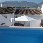 Udsigt fra øverste terrasse med poolen