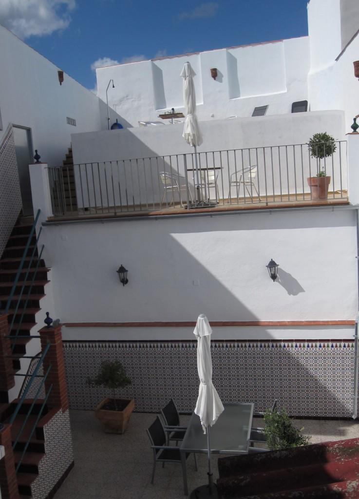To høje terrasser og patio - set fra patioen.