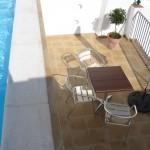 Midterste terrasse set fra poolen